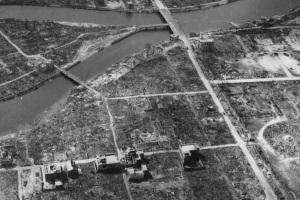 Vista nell'autunno 1945 dell'ipocentro dello scoppio della bomba, alla biforcazione del fiume.